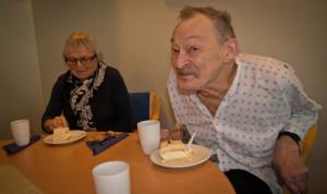 Hans Inge Breivold nyt marsipankake, sjøl om matlysta ikkje er på topp.